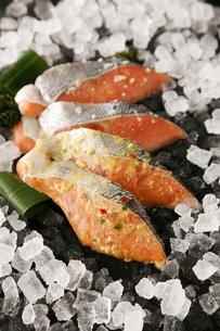 鮭の味噌漬けと糠漬の写真素材 [FYI01760428]
