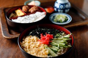 冷やし天ぷらそば定食の写真素材 [FYI01760452]