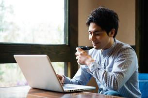 カフェでパソコンを使う男性の写真素材 [FYI01760524]