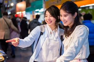 黒門市場を観光する二人の女性の写真素材 [FYI01760545]