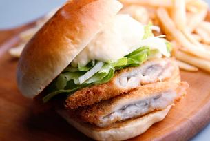 白身魚のハンバーガーの写真素材 [FYI01760595]