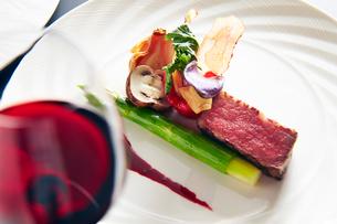 ワインとステーキの写真素材 [FYI01760598]