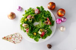 クリスマスリース サラダの写真素材 [FYI01760600]