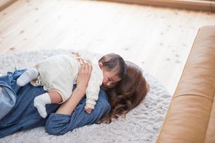 赤ちゃんをあやす母親の写真素材 [FYI01760648]