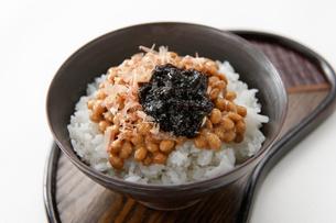 納豆とのり,鰹節ご飯の写真素材 [FYI01760684]