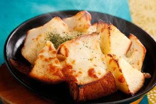 焼きたてカリカリチーズパンの写真素材 [FYI01760699]