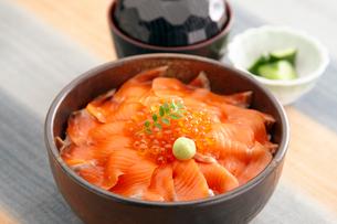 鮭の親子丼の写真素材 [FYI01760710]