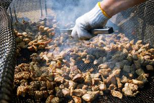 調理途中の地鶏の炭火焼きの写真素材 [FYI01760711]