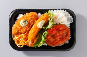 海老フライ,ハンバーグ,白身魚フライ弁当の写真素材 [FYI01760797]