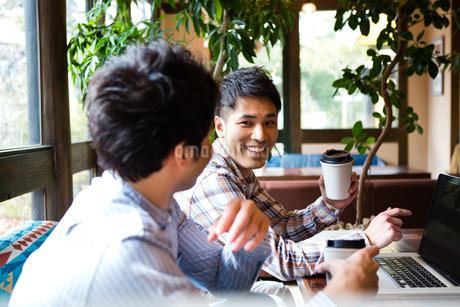 カフェで話をする男性たちの写真素材 [FYI01760800]