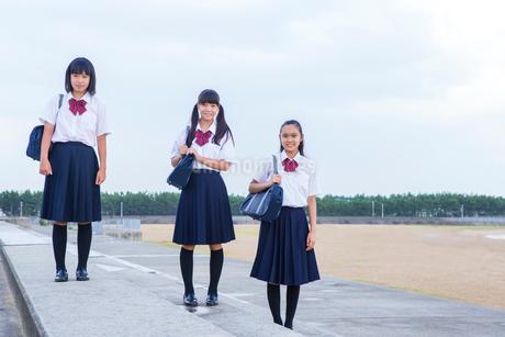 海辺を歩く中学生の写真素材 [FYI01760876]