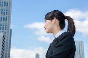 オフィス街に立つスーツの女性の写真素材 [FYI01760899]
