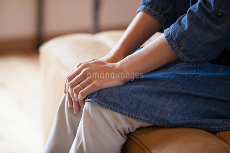 ソファに座る女性の写真素材 [FYI01760914]