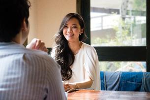 カフェで話をする男女の写真素材 [FYI01760923]