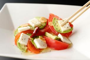 トマト,アボガドのモッツァレラのカプレーゼの写真素材 [FYI01760927]