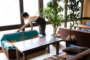 掃除するカフェ店員の写真素材 [FYI01760964]