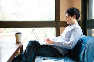 カフェでパソコンを使う男性の写真素材 [FYI01760967]
