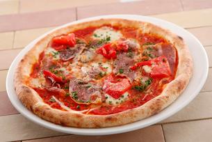 ベーコンとモッツァレラとトマトのピッツァの写真素材 [FYI01760988]
