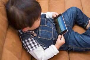 スマホのゲームをする子供の写真素材 [FYI01761007]