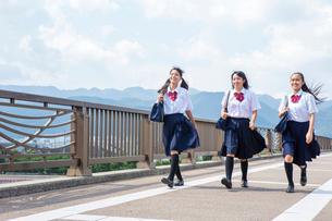 並んで歩く中学生の写真素材 [FYI01761008]