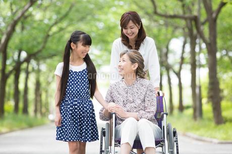 車椅子の祖母に付き添う母娘の写真素材 [FYI01761048]