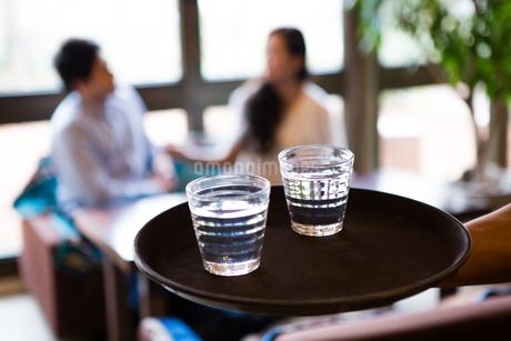 カフェ店員と客の写真素材 [FYI01761052]
