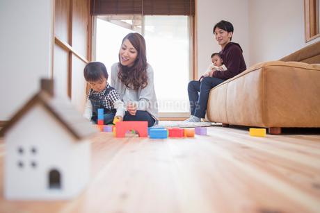 リビングでくつろぐ家族の写真素材 [FYI01761071]