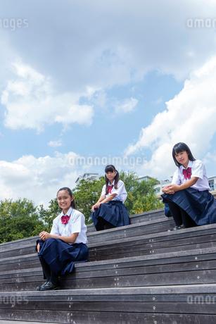 階段に座る中学生の写真素材 [FYI01761081]