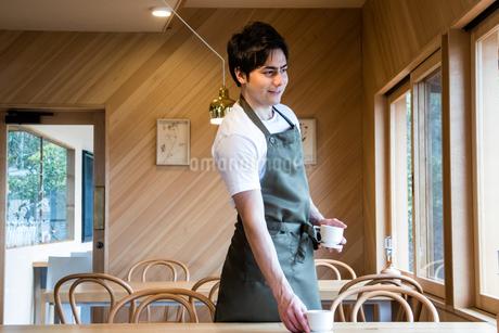 掃除するカフェ店員の写真素材 [FYI01761088]