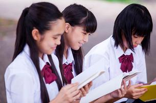 屋外でノートを読む中学生の写真素材 [FYI01761097]