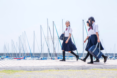 並んで歩く中学生の写真素材 [FYI01761108]