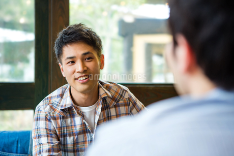 カフェで話をする男女の写真素材 [FYI01761129]