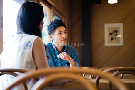 カフェでくつろぐ男女の写真素材 [FYI01761158]