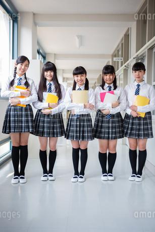 仲良しな女子中学生たちの写真素材 [FYI01761172]