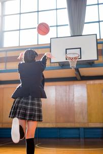 シュートする女子中学生の写真素材 [FYI01761182]