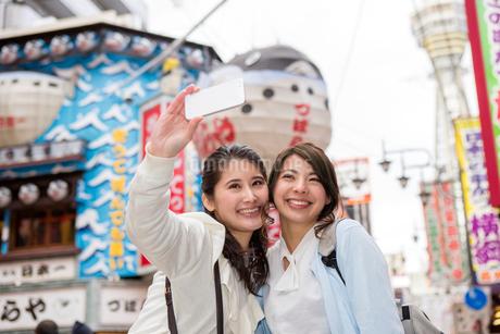 新世界を観光する二人の女性の写真素材 [FYI01761185]