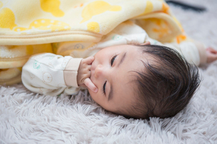 寝転がる赤ちゃんの写真素材 [FYI01761195]