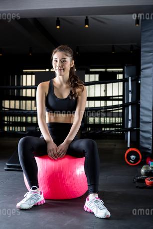 ジムでトレーニングをする女性の写真素材 [FYI01761216]