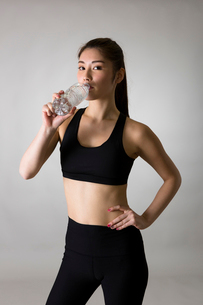 スポーツウェアを着た女性の写真素材 [FYI01761221]