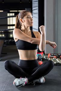 ジムでトレーニングをする女性の写真素材 [FYI01761226]