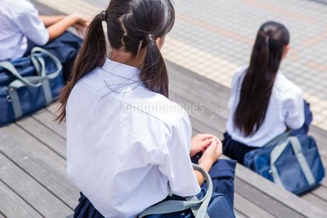 階段に座る中学生の写真素材 [FYI01761232]