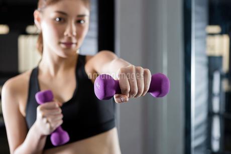 ジムでトレーニングをする女性の写真素材 [FYI01761238]