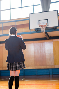 シュートする女子中学生の写真素材 [FYI01761246]