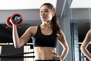 ジムでトレーニングをする女性の写真素材 [FYI01761249]