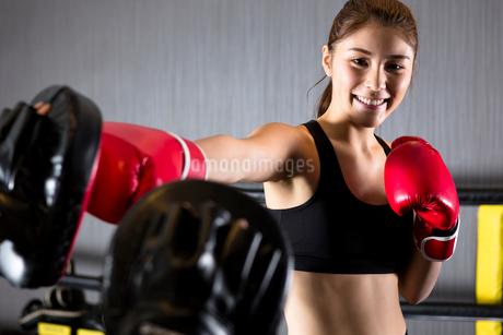 ジムでトレーニングをする女性の写真素材 [FYI01761259]