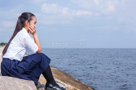 海辺で頬杖をつく中学生の写真素材 [FYI01761262]