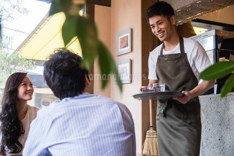 カフェ店員と客の写真素材 [FYI01761267]