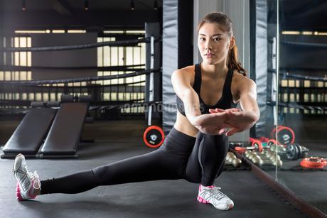 ジムでトレーニングをする女性の写真素材 [FYI01761278]