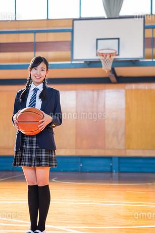 バスケットボールを持つ女子中学生の写真素材 [FYI01761290]