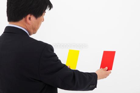 カードを選ぶ男性の写真素材 [FYI01761292]